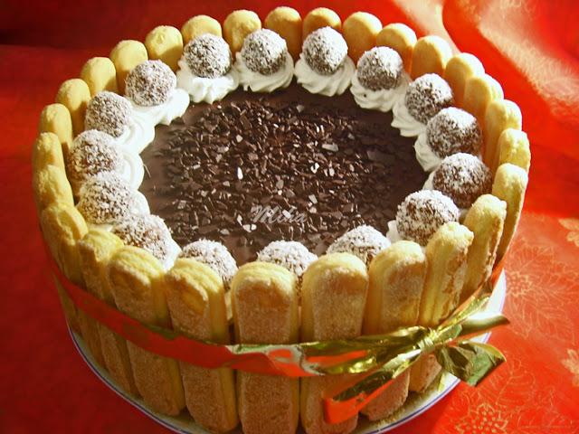 Tort cu ciocolata ornat cu piscoturi