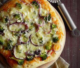 Pizza cu broccoli si branzeturi